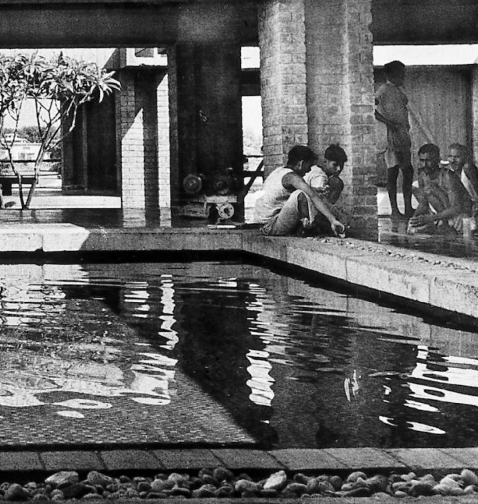 Courtyard inside the Sabarmati Ashram Museum (Gandhi Residence) / Charles Correa
