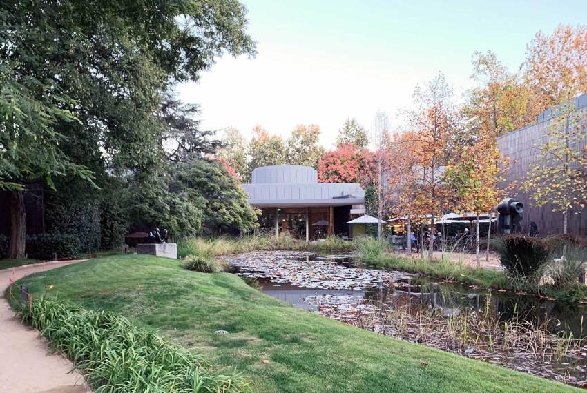 Sculpture Garden lake - Norton Simon Museum in Pasadena / Ladd & Kelsey Architects