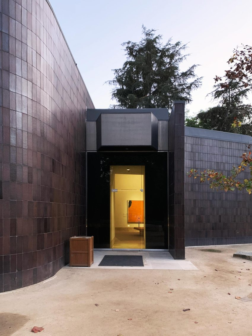 Entrance -Norton Simon Museum in Pasadena / Ladd & Kelsey Architects