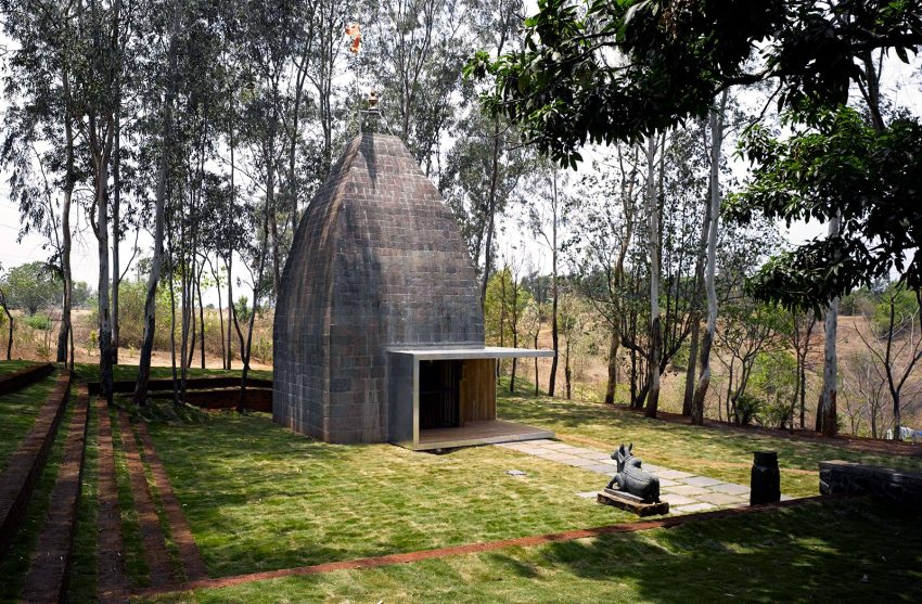 Exterior View Shiv Temple in Wadeshwar / Sameep Padora & Associates