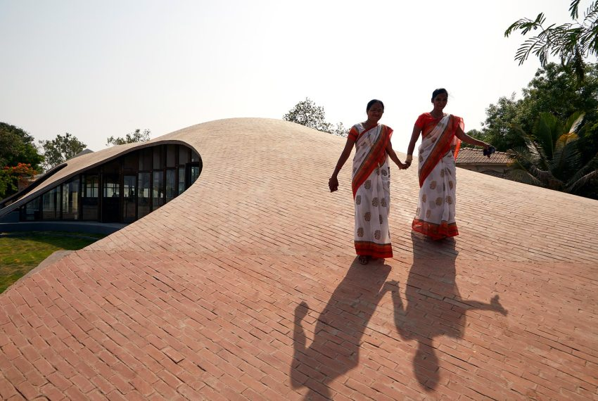 Roof promenade - Maya Somaiya Library at Sharda School / Sameep Padora and Associates