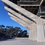 Side View concrete columns - The Geisel Library / William Pereira & Associates
