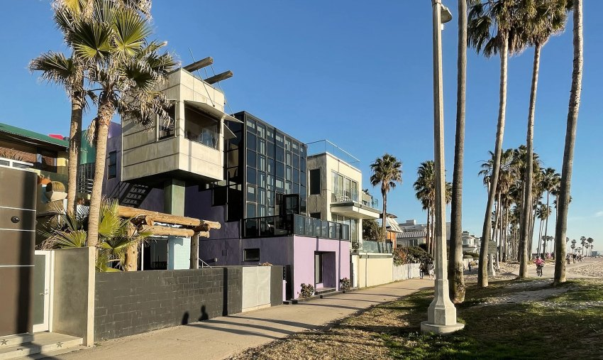 Side View - Exterior view - Norton House in Venice Beach / Frank Gehry