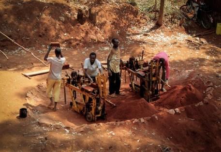 en-images-la-recherche-sur-les-materiaux-de-la-bibliotheque-de-muyinga-au-burundi-par-bc-architects-12