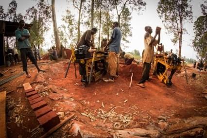 en-images-la-recherche-sur-les-materiaux-de-la-bibliotheque-de-muyinga-au-burundi-par-bc-architects-15