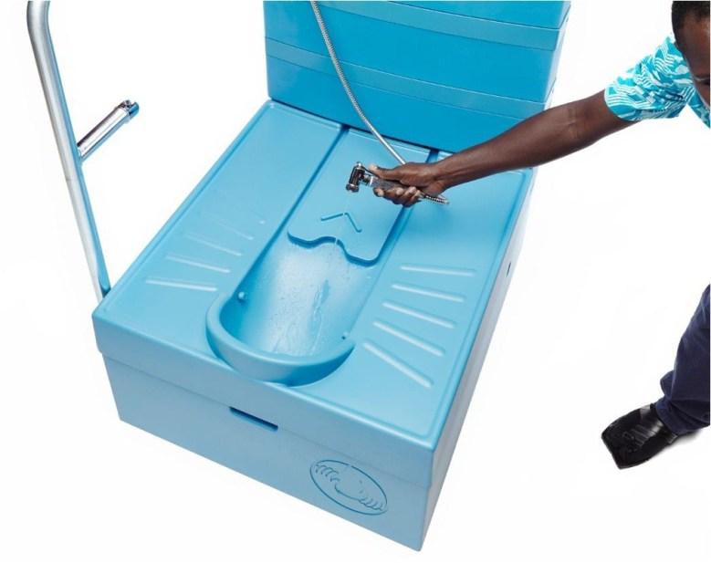 innovation-blue-diversion-des-toilettes-reunissant-le-meilleur-de-deux-mondes-9