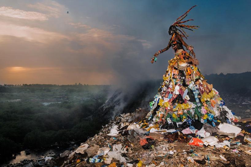 senegal-fabrice monteiro-montre -la-pollution-avec-des- vetements-a- ordures (9)