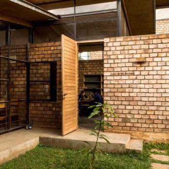 du-japon-a-louganda-des-briques-de-terre-pour-la-residence-universitaire-ashinaga-uganda-par-terrain-architects17