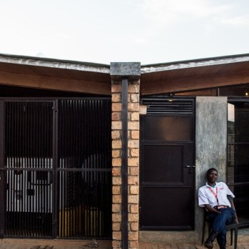du-japon-a-louganda-des-briques-de-terre-pour-la-residence-universitaire-ashinaga-uganda-par-terrain-architects20