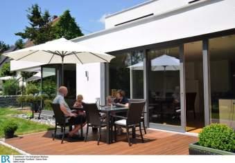 Verschiedene Freisitze erweitern das Haus im Sommer nach draußen.