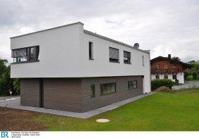 Neu und alt - Flachdach und Satteldach.