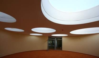 1 Eine Montessori Grundschule in moderner Architektur