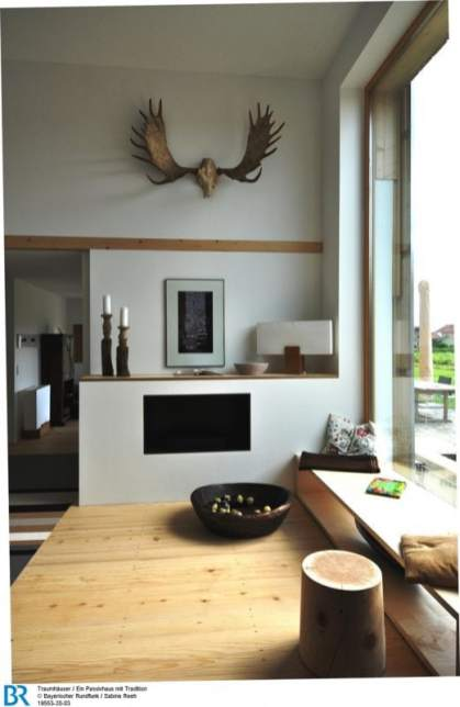 """Ländlich und doch modern: der Wohnbereich mit großem """"Tennenfenster"""". Bild: BR/Sabine Reeh."""