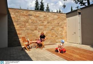 Der rundum geschlossene Hof ist ein qualitätsvoller Wohnraum im Freien. Bild: BR/Mila Hacke.