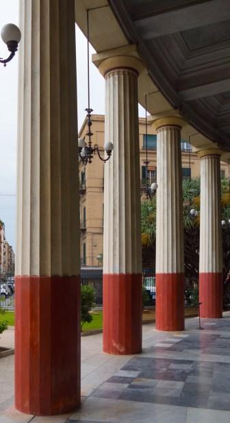 Foto 1 Il colonnato esterno del Politeama - Antonio Musotto