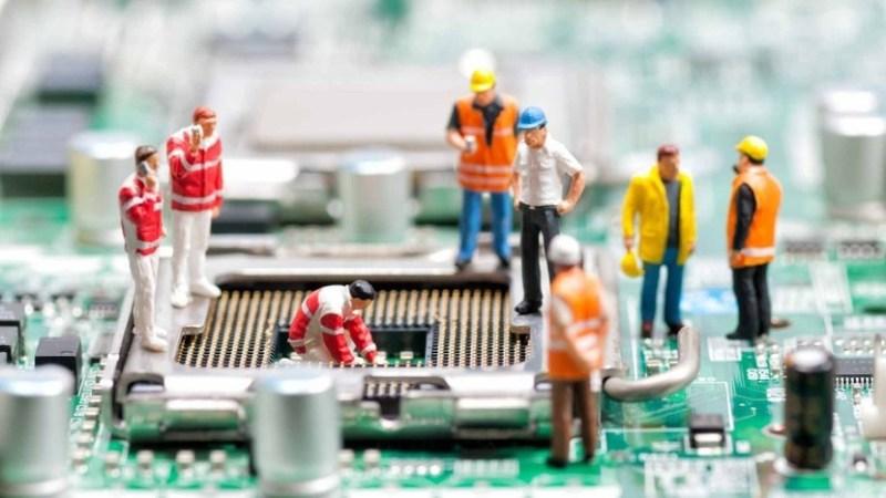 Muñecos de operarios sobre el socket de una placa base