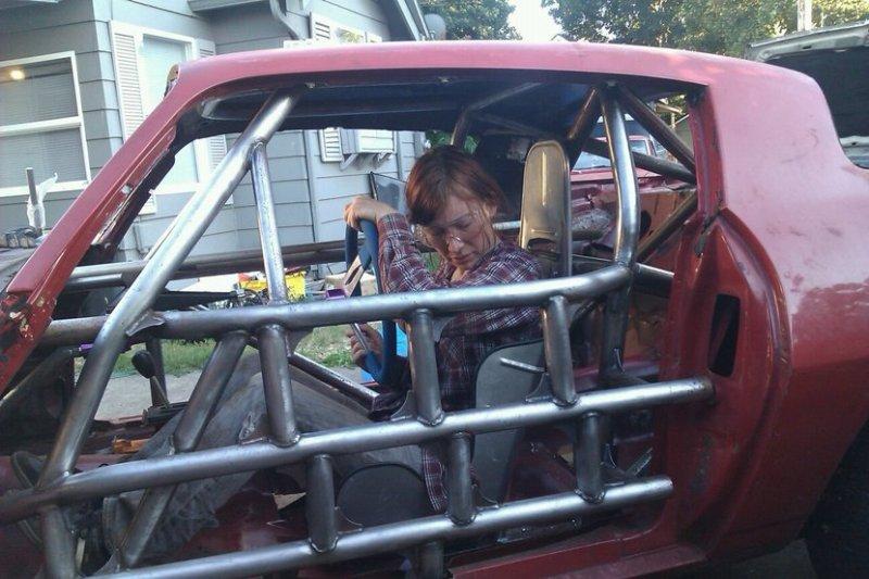 Jeri trabajando en un coche de carreras