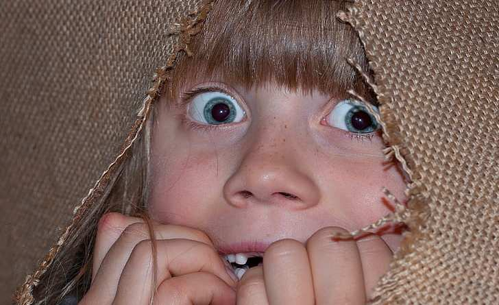 Cara asustada de niño