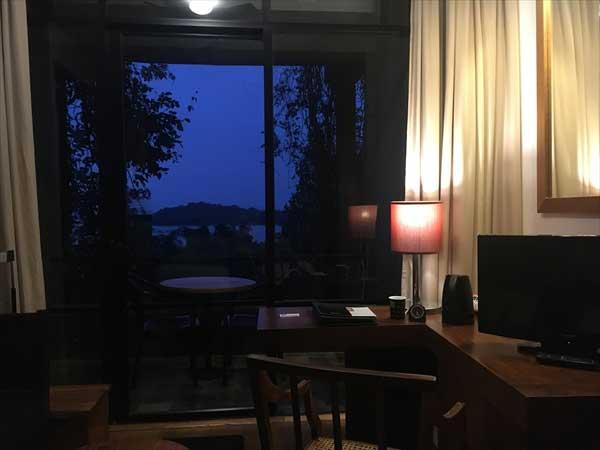 ヘリタンスカンダラマ|スーペリアルームから外のカンダラマ湖をのぞむ(夜)