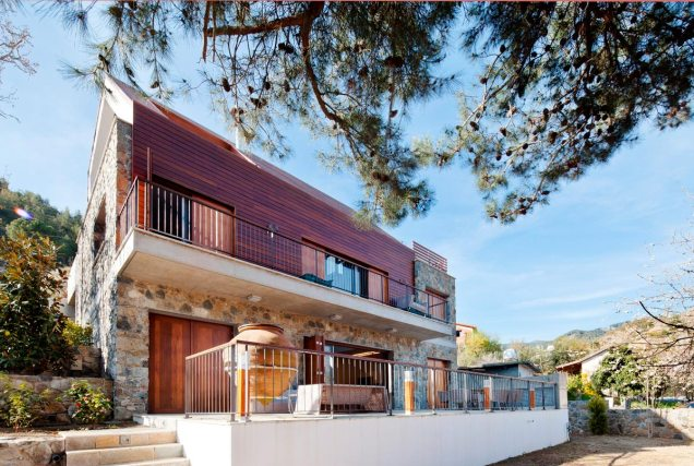 House with a wooden skin / Varda Studio
