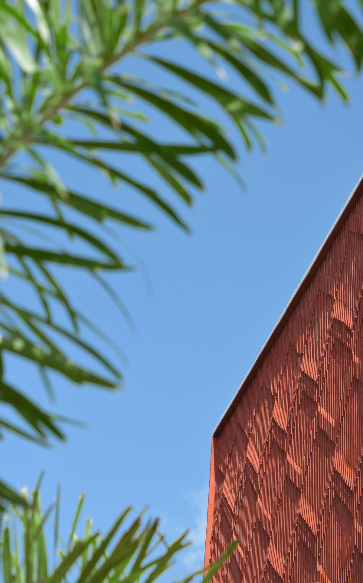 Clay roof tiles façade to minimize heat gain and has decorative function, at Vadodara, by Manoj Patel Design Studio 100