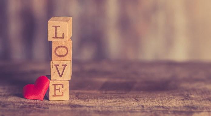 napis Love na zdjęciu