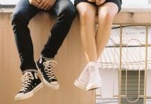 dwie osoby siedzące wysoko