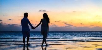 ona i on - para na plaży