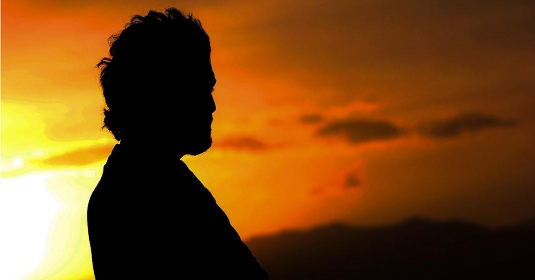 mężczyzna i zachód słońca