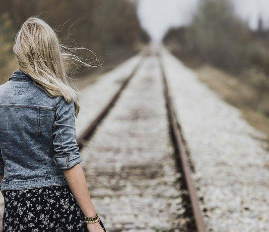 samotna kobieta na torach