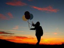 spełnianie marzeń - kobieta z balonikami