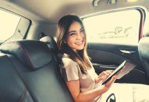 kobieta uczy się w samochodzie