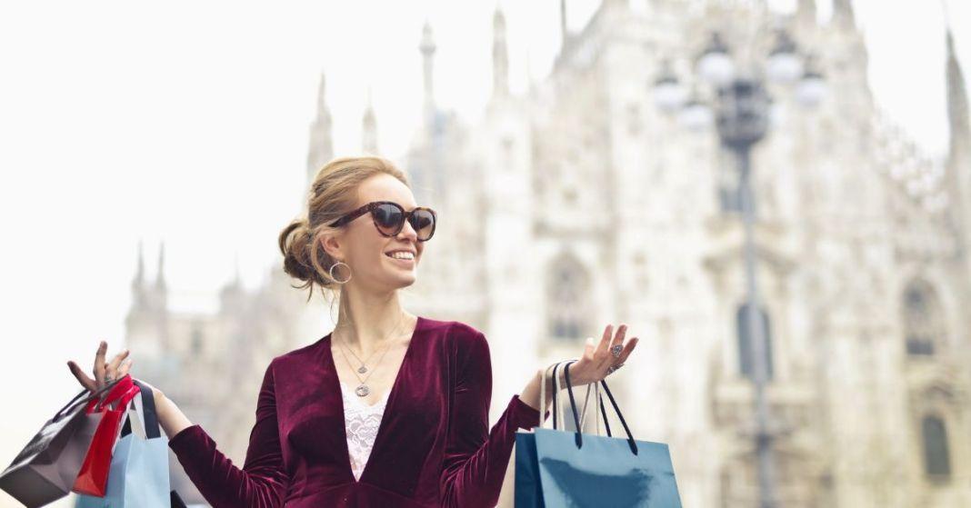kobieta po udanych zakupach