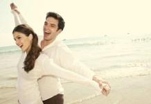 szczęśliwa para zmieniająca swoje życie