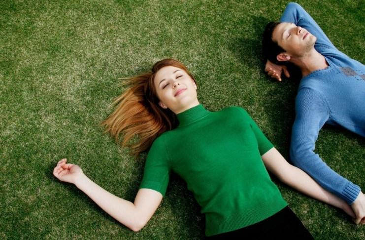 zakochana para na trawie