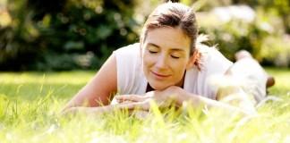 kobieta odpoczywa na świeżym powietrzu