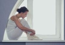 bardzo samotna kobieta koło okna