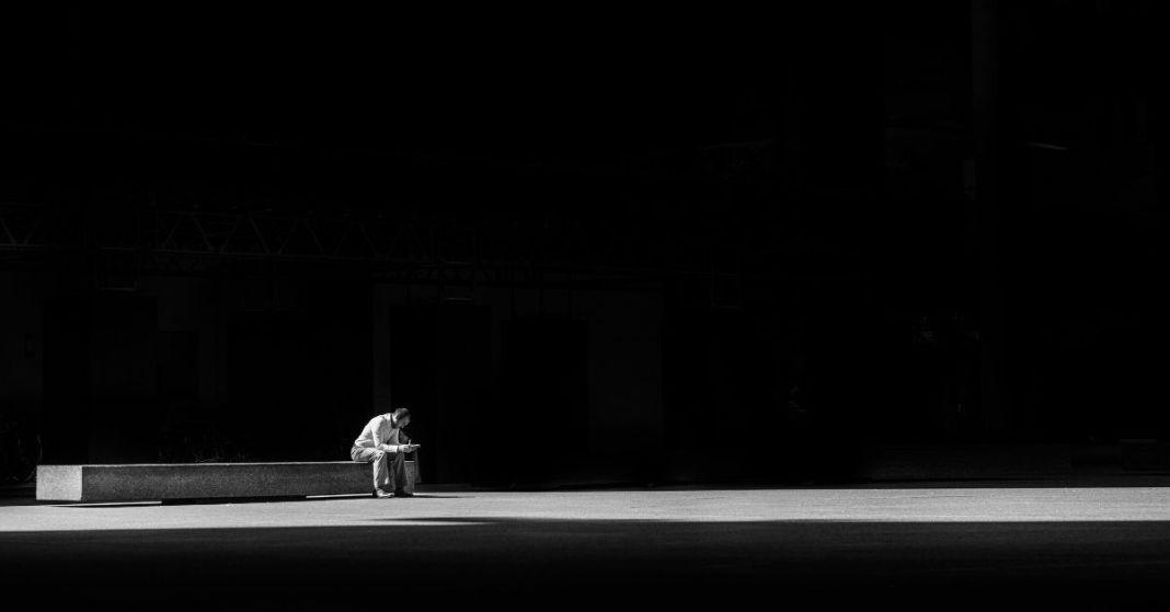 samotny mężczyzna na ławce
