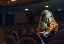 atrakcyjna kobieta w kinie