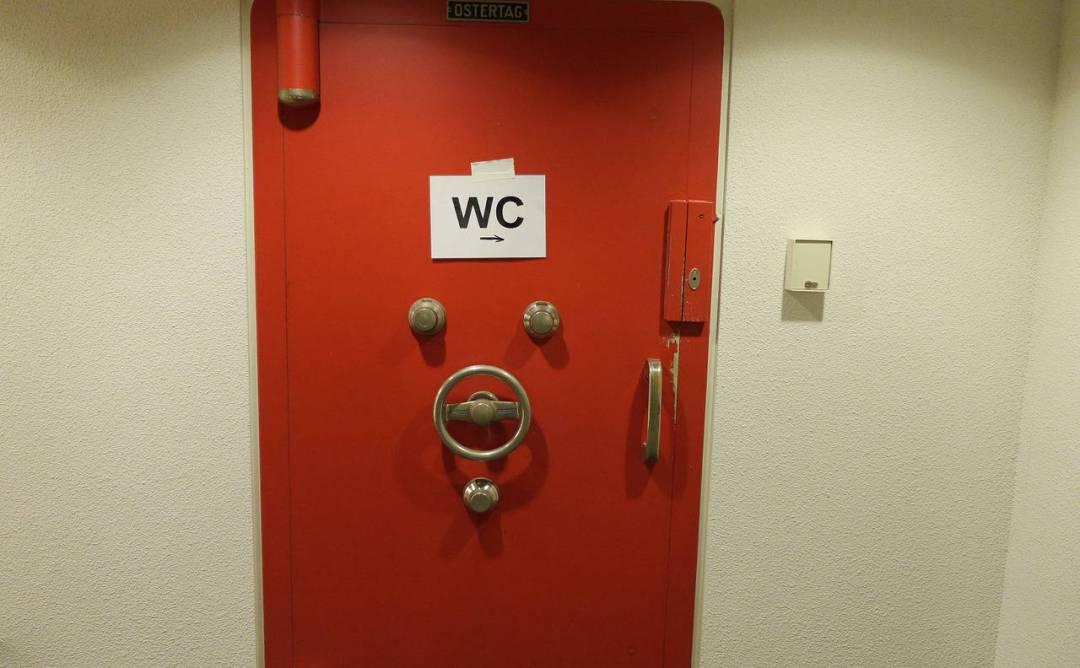 porta del bagno in soggiorno