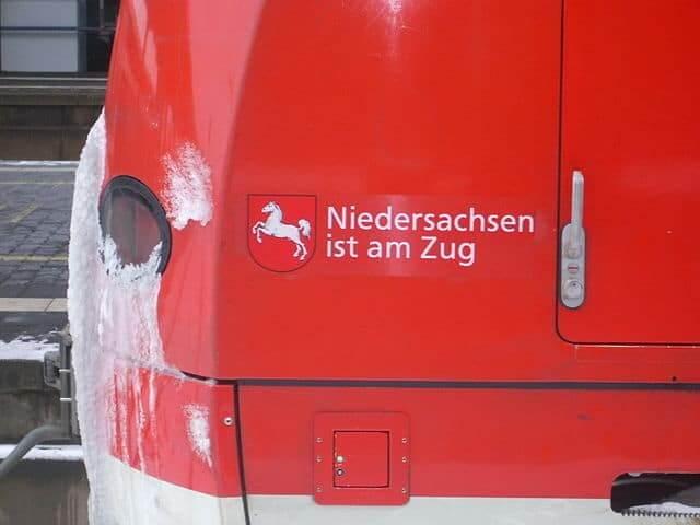 640px-LandeswappenNiedersachsen_ist_am_Zug_S-Bahn_Hannover_20100110-1504