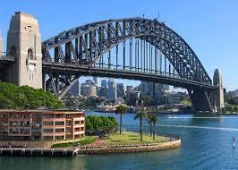 Հարպուր Պրիճ («նաւահանգիստի կամուրջը»): 1932-ին շինուած այս պողպատէ 1,1 քմ երկարութեամբ այս մեծ կամուրջը իրարու կը  միացնէ քաղաքին կեդրոնը` Սիտնէյի հիւսիսային թաղամասերուն: Անոր վրայէն կ՛անցնին շոգեկառքեր, ինքնաշարժներ եւ հետիոտներ: Քաղաքի բնակիչները զայն կ՛անուանեն «Հին կախիչը»: