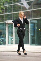 21465274-portrait-d-une-femme-d-affaires-de-parler-sur-le-telephone-portable-dans-la-ville