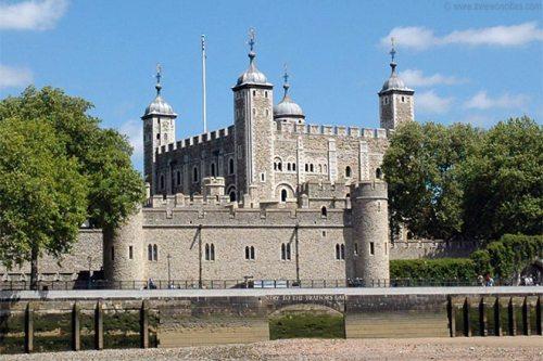 Լոնտոնի աշտարակը: Անգլիոյ թագաւորներուն գոհարեղէնները կը գտնուին այս ամրոցին մէջ: Անոր ամէնէն հին բաժինները շինուած են 11-րդ դարուն: Պատմութեան ընթացքին այս ամրոցը ծառայած է նաեւ իբրեւ պալատ եւ իբրեւ բանտ: