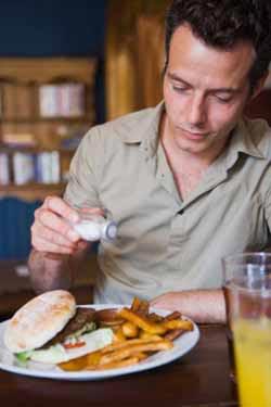 Եթէ կերակուրի պատրաստութեան ժամանակ սխալմամբ աղի քանակը «փախաւ», մի՛ տագնապիք, առէք միջակ գետնախնձոր մը, կեղուեցէք, լուացէք եւ ապա զայն աւելցուցէք կերակուրին մէջ եւ ձգեցէք, որ հետը եփի: Աւարտին, գետնախնձորը հանեցէք եւ պիտի նկատէք, որ ձեր կերակուրը նախկինին նման աղի չէ: