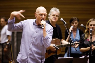 Peter Garrett back in gesticular action at Rogues Gallery rehear