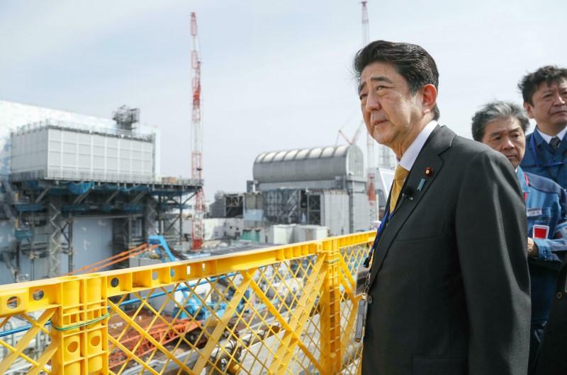 """아베 신조 일본 총리가 14일 일본 후쿠시마현 오쿠마의 후쿠시마 제1원전을 방문해 둘러보고 있다. 지난 2013년 9월 이후 약 5년 반 만에 원전을 방문한 아베 총리는 폐로 작업의 진척 상황 등을 점검하며 """"국가가 폐로와 오염수 대책의 전면에 나설 것""""이라고 밝혔다. 2019.04.14."""