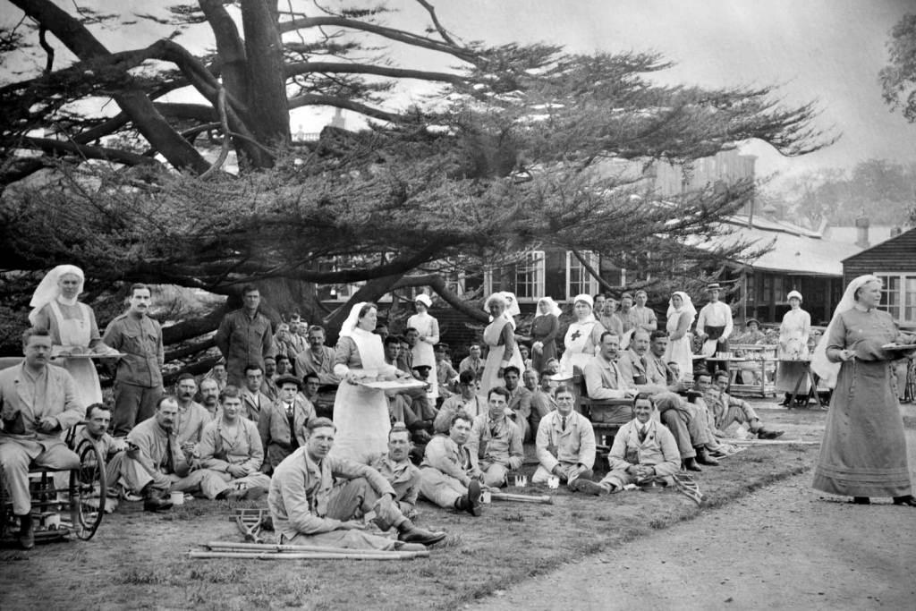 Matron Amy Munn with nurses and men in the garden