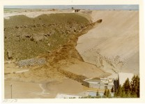 Photograph showing growing mud stream on the right side of the dam face (NAID 28894683)