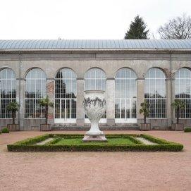 Vase en marbre dans le parc de Mariemont   Marmeren vaas in het Mariemont park - © Céline Bataille (2003)
